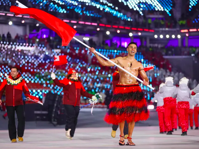 Bare-Chested Tongan Flag Bearer Back in Action at Tokyo Games